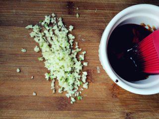 蒜香排骨,将蒜拍扁,切碎末,在空气中氧化。老抽加蜂蜜和少许植物油调匀备用
