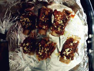 蒜香排骨,表面刷少许蜂蜜和老抽的混合物,撒上少许蒜碎,160度烤8分钟左右即可