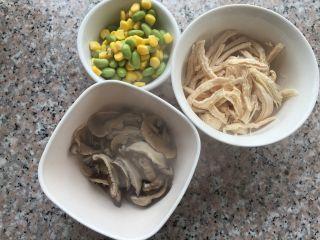 香菇鸡肉粥,玉米粒和青豆洗干净,香菇挤出多余的水分。煮好的鸡胸撕成鸡丝待用。