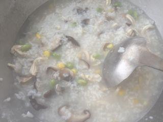香菇鸡肉粥,程序结束后,香喷喷的香菇鸡肉粥就做好了。