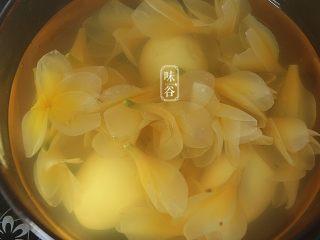 鸡蛋花糖水,关火后焖一下,鸡蛋花透明了即可食用。