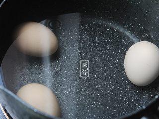 鸡蛋花糖水,鸡蛋放入锅里加水煮开5分钟;