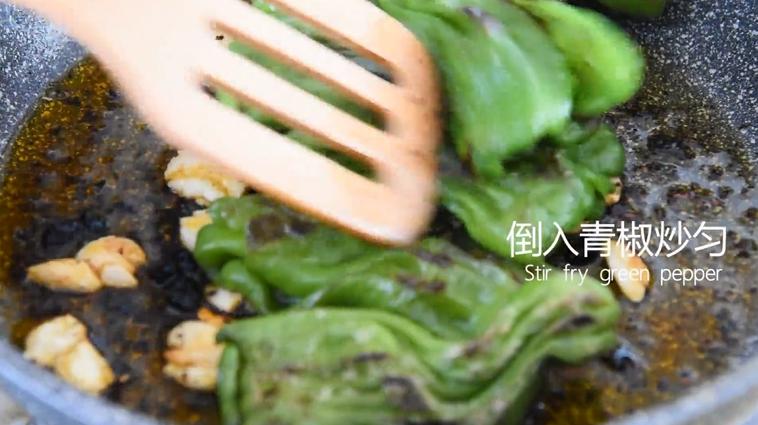 """""""虎皮青椒""""美味又下饭,上桌分分钟变光盘,倒入青椒炒匀"""