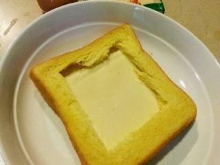 法式早餐 : 干酪太阳蛋吐司,把一片干酪铺到2片面包中间,四周压紧一点