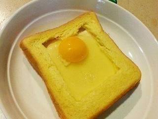法式早餐 : 干酪太阳蛋吐司,把鸡蛋打在槽里