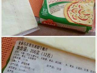 法式早餐 : 干酪太阳蛋吐司,干酪,在超市都能买到。是奶酪的一种,是一种不拉丝的奶酪。可以互相替换使用,如果是一般奶酪因为比较黏湿,一定要把上面那片面包片切出来的面包碎和奶酪一起撒在鸡蛋上。