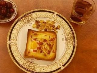 法式早餐 : 干酪太阳蛋吐司,还可以把剩余的火腿丁和面包丁,放入炒锅里慢慢炒热炒干炒脆,作为辅助小点也不错哦。 干酪太阳蛋吐司,配上一杯红枣茶和一小碟水果~~一顿浪漫的法式早餐就ok啦!