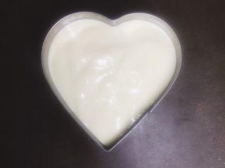 舒芙蕾厚松饼(无泡打粉版),模具抹油,把模具放到不粘锅上,用勺子舀面糊8分满,小火慢煎1到2分钟。煎的时候盖锅盖