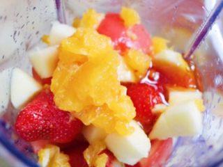 复合番茄汁,苹果切块,橙子取果肉,放入料理机中,倒入适量蜂蜜