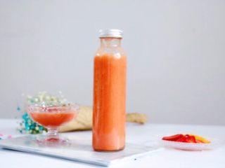 复合番茄汁,将果汁倒入随身杯中,带着宝宝出去玩时饮用,营养又美味。