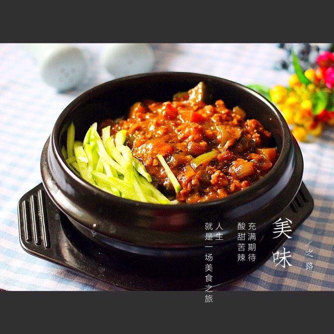炸酱面#人民的美食#,把面条盛在碗里、放上炸好的酱和各种配菜开吃喽……