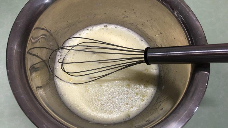 红丝绒蛋糕卷,用手动打蛋器搅打均匀至细砂糖融化。