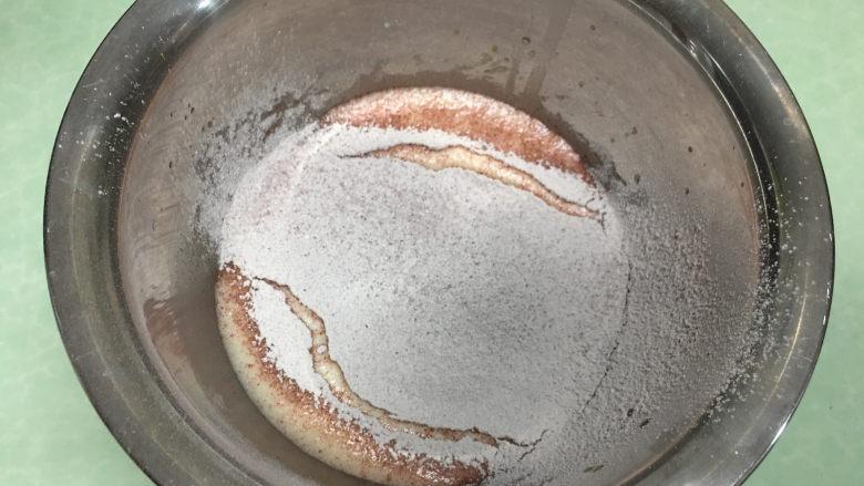 红丝绒蛋糕卷,筛入红丝绒蛋糕粉。
