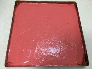 红丝绒蛋糕卷,将混合好的蛋糕糊倒入烤盘中,表面抹平。