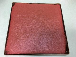 红丝绒蛋糕卷,烘烤结束后取出。