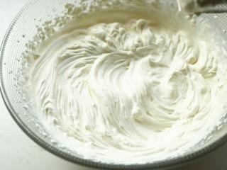 木瓜班戟,淡奶油加糖,打发好冷藏待用。