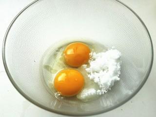 木瓜班戟,一个全蛋和一个蛋黄,共75克,加入30克白糖。