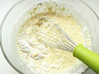 木瓜班戟,筛入面粉。