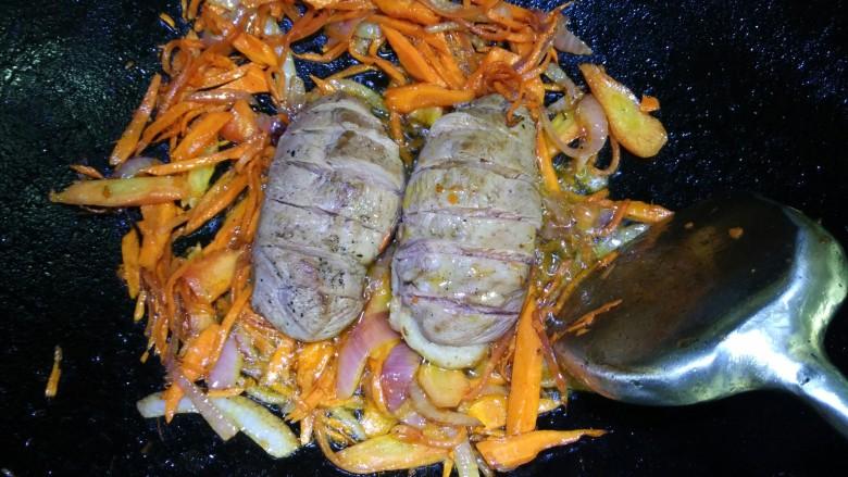 照烧鸭胸,放入鸭胸肉和烧汁,转小火煮至入味(注意翻面)