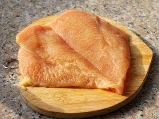 芝士爆浆鸡排,1、鸡胸洗干净,从最厚处下刀,平刀把鸡排切成两半。用肉锤或者刀背敲打一下鸡胸肉,这样更入味。