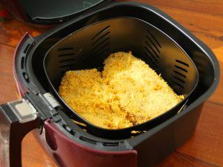芝士爆浆鸡排,9、将处理好的鸡肉放入空气炸锅的炸篮里。