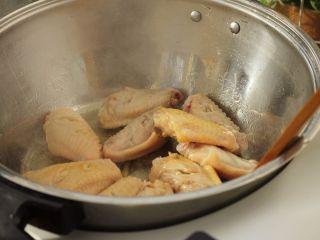 可乐鸡翅,煎至两面金黄。