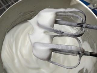 烘焙入门戚风蛋糕,打发的过程中要多次观察蛋白的状态,当打蛋器头出现短而粗并且直立的小尖,就可以进行下一步了。