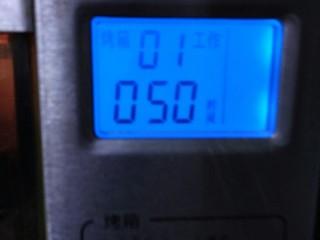 烘焙入门戚风蛋糕,烤箱设定150度提前预热10分钟。