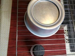 烘焙入门戚风蛋糕,倒扣在凉网上,待至完全凉透以后就可以脱模了。