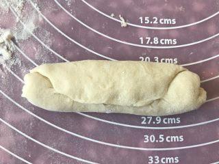 肉松小热狗面包,滚成椭圆形形状后收口。