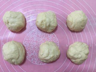 肉松小热狗面包,发好后再次揉面排气,分成6份儿(每份儿大概65克)。