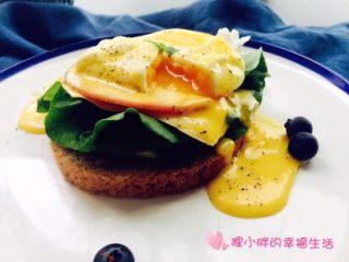 班尼迪克蛋,吃的时候,把蛋白戳破,半熟的蛋黄破蛋而出,流淌在吐司上