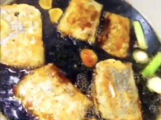 可乐带鱼,倒入带鱼,盖上锅盖煮10分钟。
