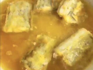 可乐带鱼,放入五成热的油中,小火炸至两面金黄。