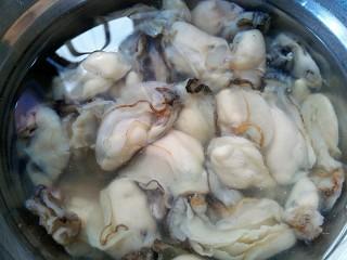椒盐酥海蛎子+#人民的美食#,放盐,水浸泡半个小时以上