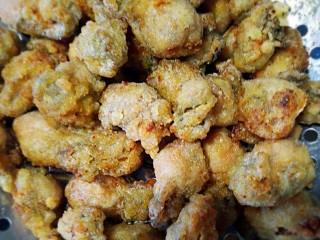 椒盐酥海蛎子+#人民的美食#,漏勺捞出沥油