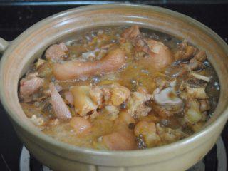 南乳豬蹄,最后收汁調入適量食鹽出鍋