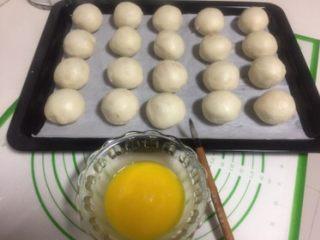 豆沙蛋黄酥,收口的的地方朝下全部包好。