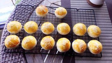 豆沙蛋黄酥,烘烤结束烤盘拿出来放晾网架上散热,稍微冷却拿出来放晾网架。