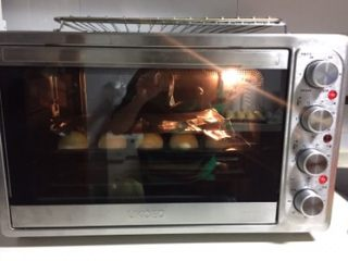 豆沙蛋黄酥,送入提前预热好的烤箱,上火180下火170,烤30分钟,中途上色厉害可加盖锡纸。