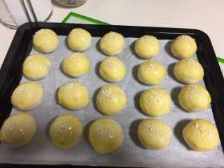 豆沙蛋黄酥,撒上白芝麻装饰,如果做两种馅可撒黑芝麻区分内馅。