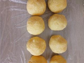 椰蓉花朵面包,将冷藏好的椰蓉馅取出分成25克一个。