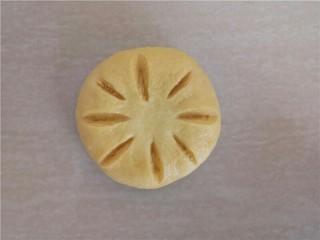 椰蓉花朵面包,用刀片割做花瓣。(当只需切到看见椰蓉即可不用切到底)