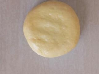 椰蓉花朵面包,收口朝下稍稍压扁。