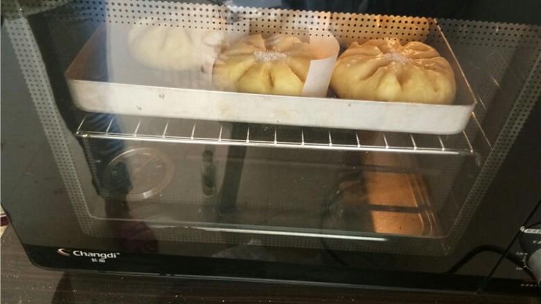 椰蓉花朵面包,放入预热好的烤箱180度,中层烤20分钟。
