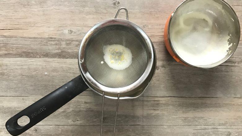 黄桃香酥面包,f.过筛倒入之前的牛奶中。