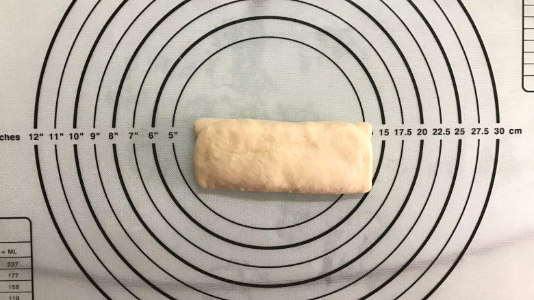 黄桃香酥面包,上下各三分之一处向内对折。