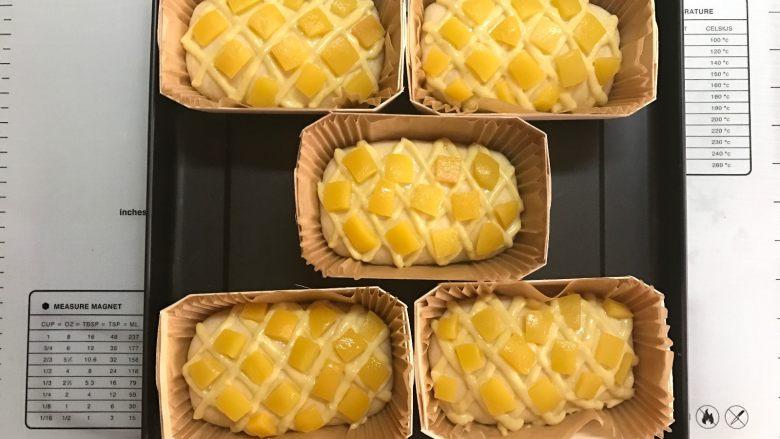 黄桃香酥面包,菱形内放上黄桃。