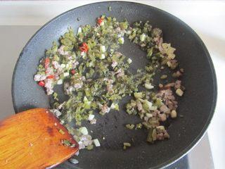 雪菜肉末烧豆腐,翻炒出香味后加入雪菜末继续翻炒;