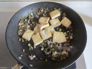 雪菜肉末烧豆腐,再加入刚煎好的豆腐豆腐翻炒;